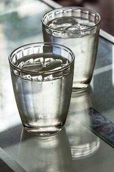 Copo de água gelada na mesa