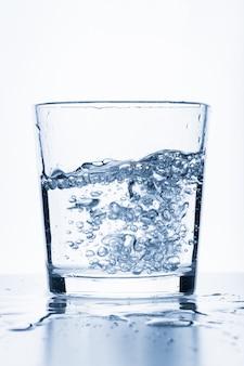 Copo de água isolado no branco