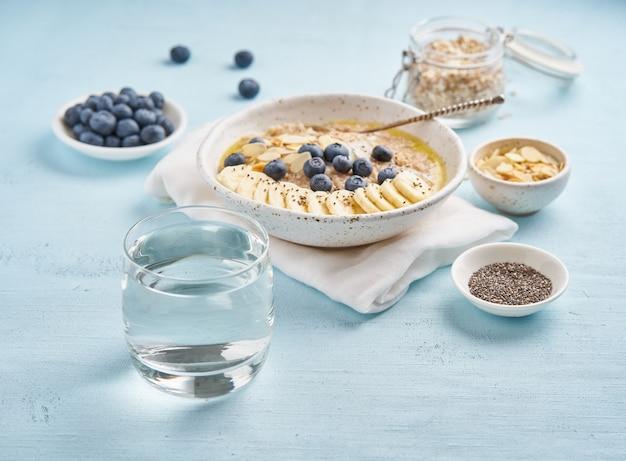 Copo de água limpa e café da manhã dieta saudável com farinha de aveia