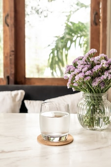 Copo de água na mesa