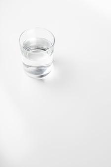 Copo de água no fundo branco