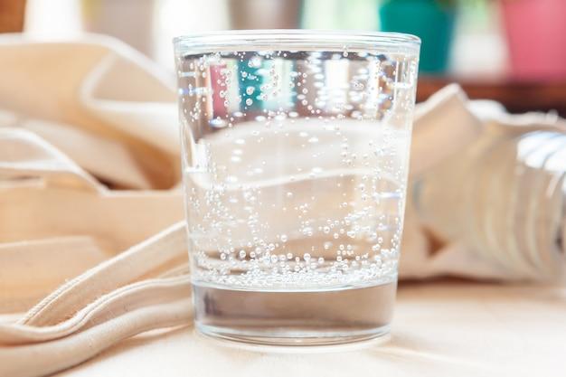 Copo de água pura na mesa da cozinha