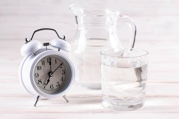 Copo de água pura pela manhã, foto conceitual, closeup horizontal