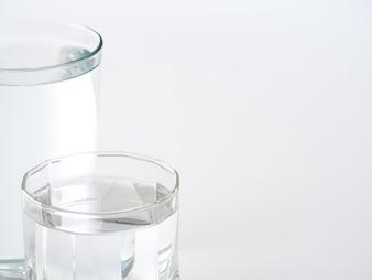 Copo de água sobre um fundo branco