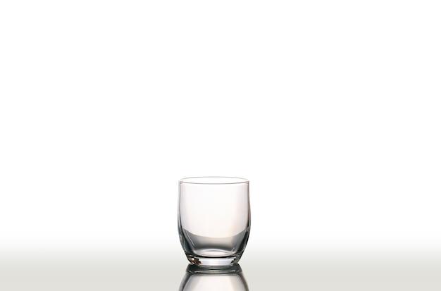 Copo de água vazio isolado