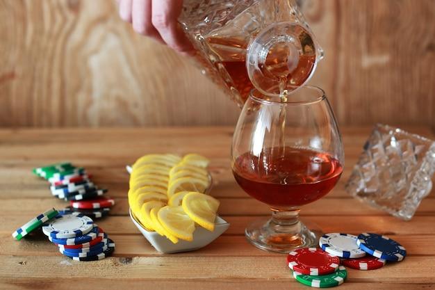 Copo de aguardente com álcool em fundo de madeira