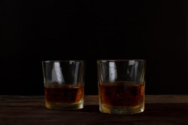 Copo, de, álcool, uísque escocês, com, gelo, ligado, tabela madeira