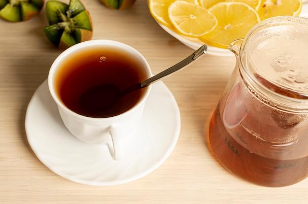 Copo de alto ângulo de arranjo de chá no fundo liso