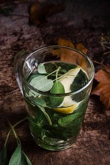 Copo de ângulo alto com água quente e limão