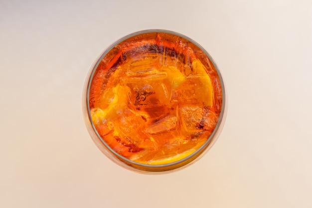 Copo de aperol spritz cocktail.