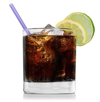 Copo de bebida alcoólica com coca-cola, gelo e limão isolado no fundo branco