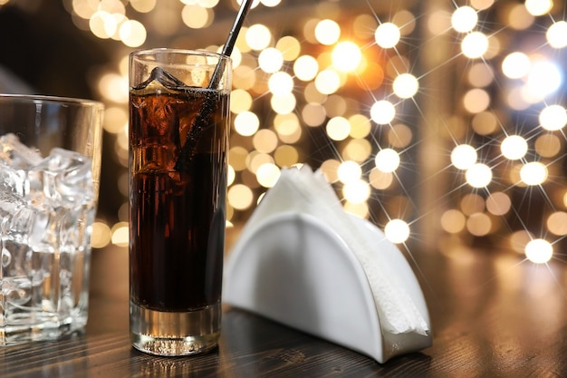 Copo de bebida alcoólica gelada com gelo na mesa