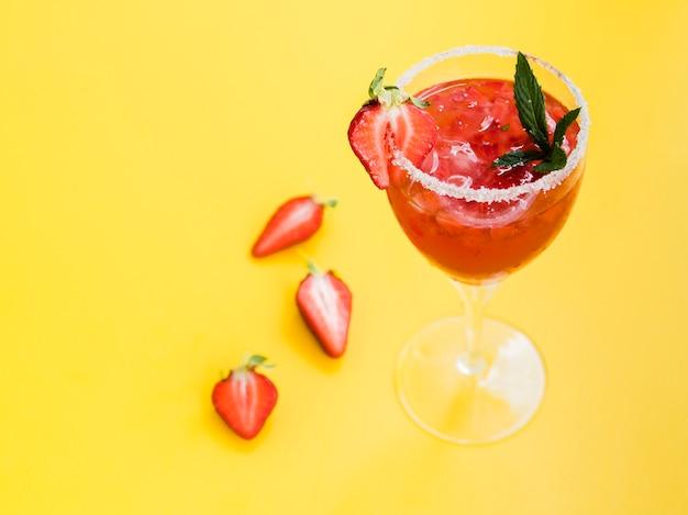 Copo de bebida com morangos e sal