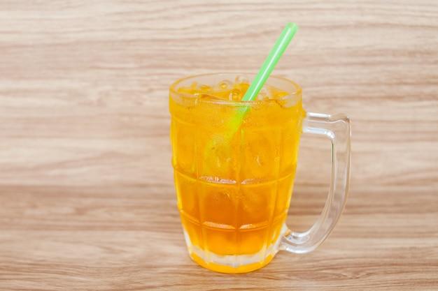Copo de bebida de chá de crisântemo com gelo em resturant