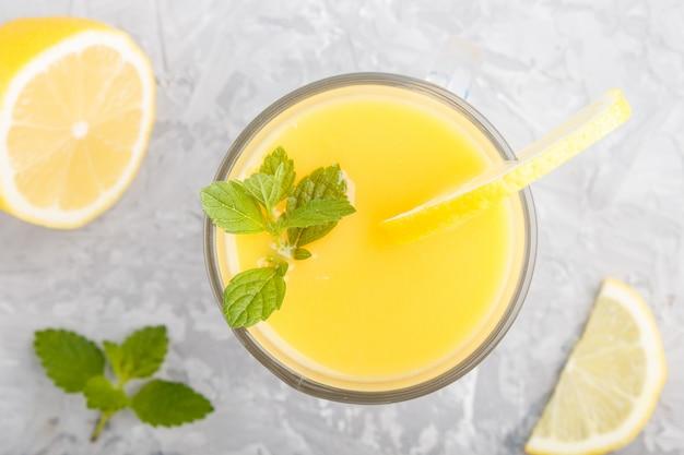 Copo de bebida de limão. vista do topo