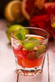 Copo de bebida de verão com frutas cítricas