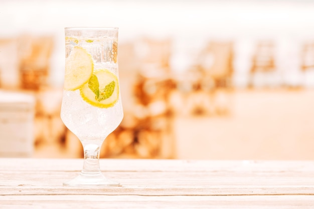 Copo de bebida refrescante de hortelã na superfície de madeira