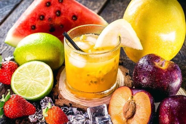 Copo de bebida típica brasileira chamada caipirinha, maracujá, álcool destilado
