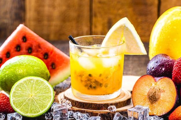 Copo de bebida típica brasileira chamada caipirinha