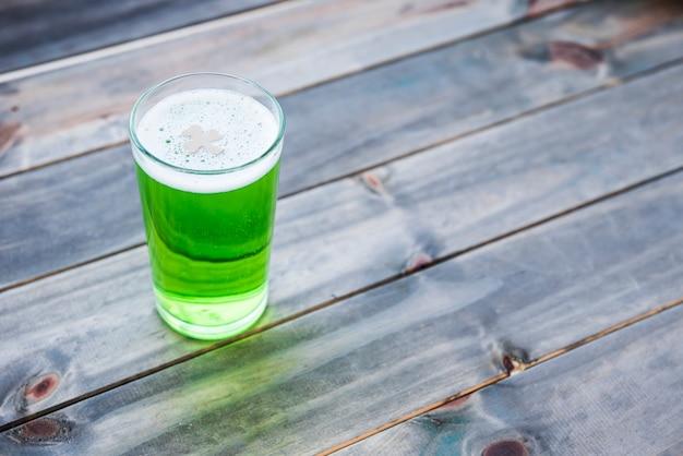Copo de bebida verde na mesa