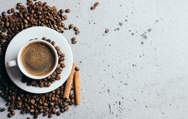 Copo de café branco com café expresso perfumado no fundo cinzento