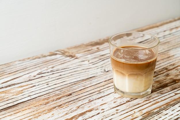 Copo de café com leite, café com leite na mesa de madeira