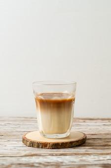 Copo de café com leite, café com leite no fundo de madeira