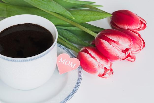 Copo de café com tulipas para o dia da mãe