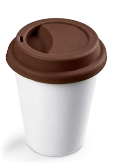 Copo de café de papel branco com topo preto isolado no fundo branco