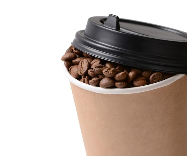 Copo de café de papel com grãos de café, isolado no fundo branco. copo de café para viagem ou descartável