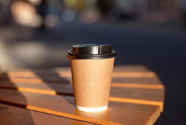 Copo de café de papel pronto para levar ou café para viagem.