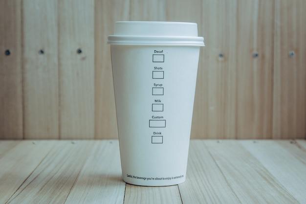 Copo de café de plástico e papel