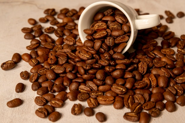 Copo de café derramado com feijões roasted
