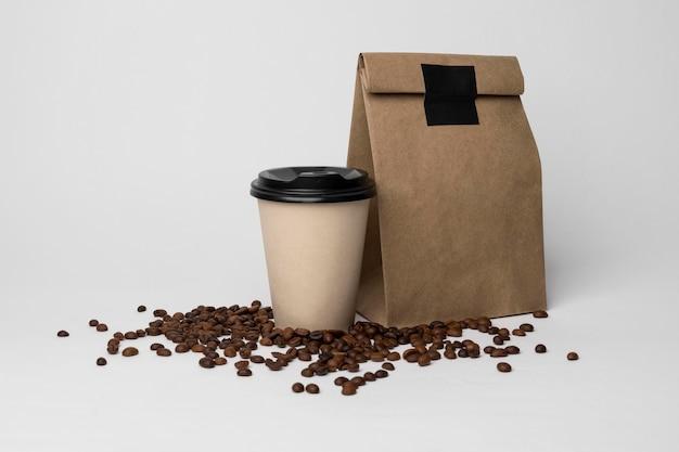 Copo de café e arranjo de grãos