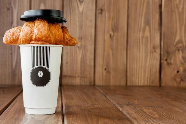 Copo de café e croissant de papel