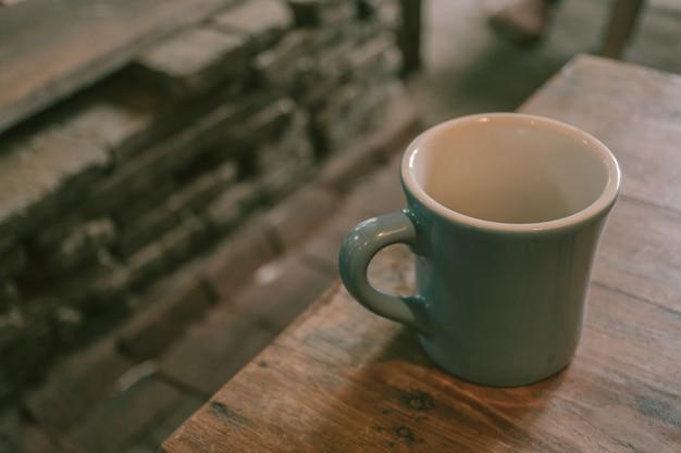 Copo de café em fundo de mesa de madeira