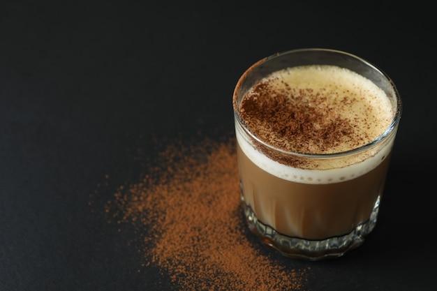 Copo de café irlandês em fundo preto