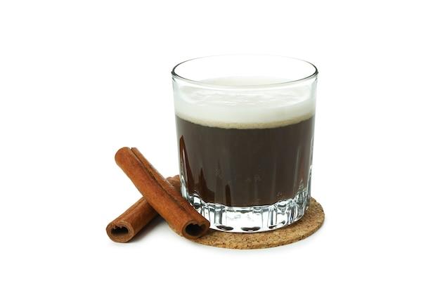 Copo de café irlandês isolado no fundo branco
