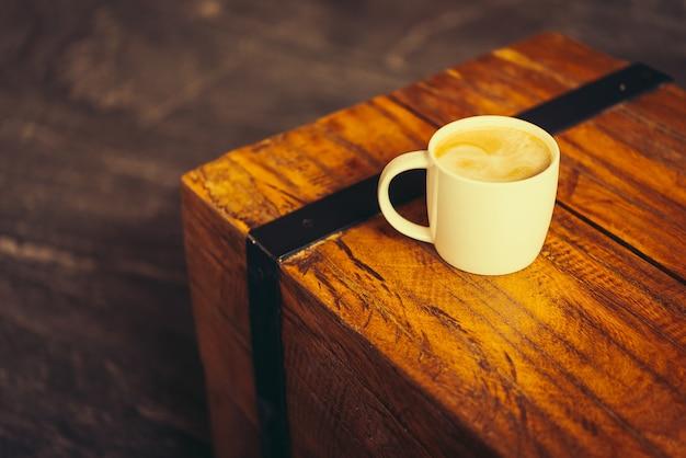Copo de café latte na tabela