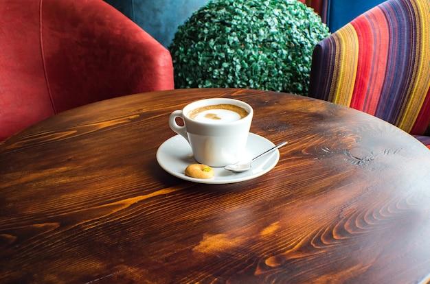 Copo de café macchiato com caramelo quente