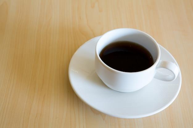 Copo de café na mesa de madeira