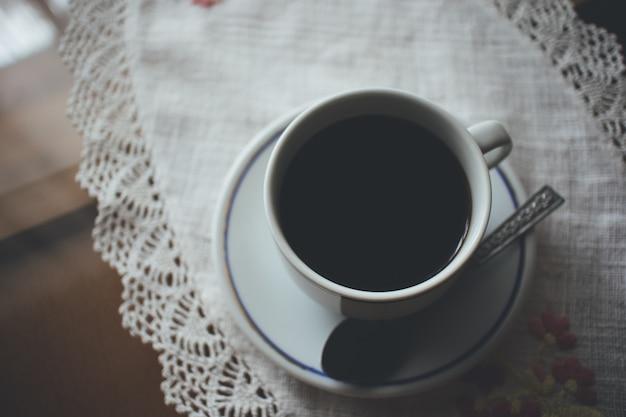 Copo de café na tabela na atmosfera temperamental.