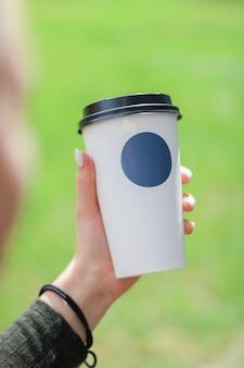 Copo de café para ir conceito com lugar para seu logotipo Foto Premium