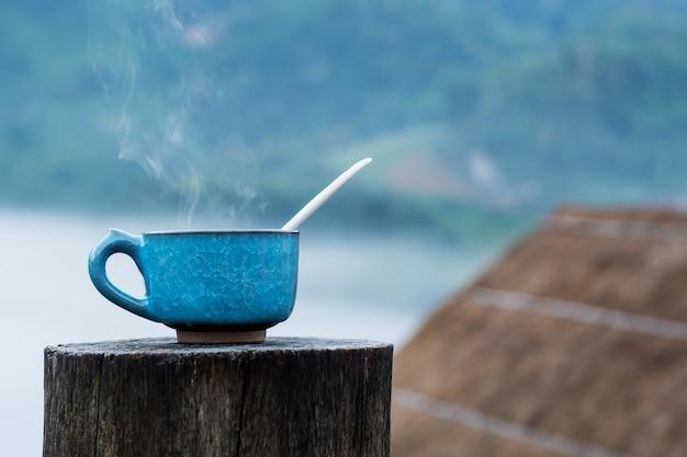 Copo de café quente no de madeira e homestay acampando no fundo de doi luang chiang dao.