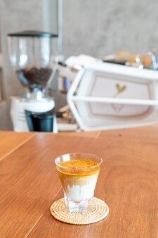 Copo de café sujo (leite frio coberto com shot de café expresso quente) na cafeteria