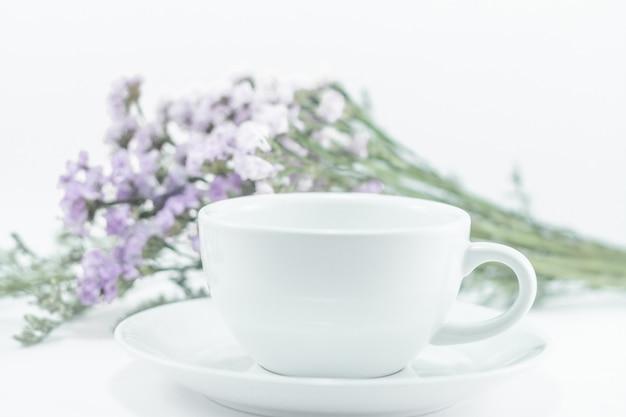 Copo de caneca branca e flor estática