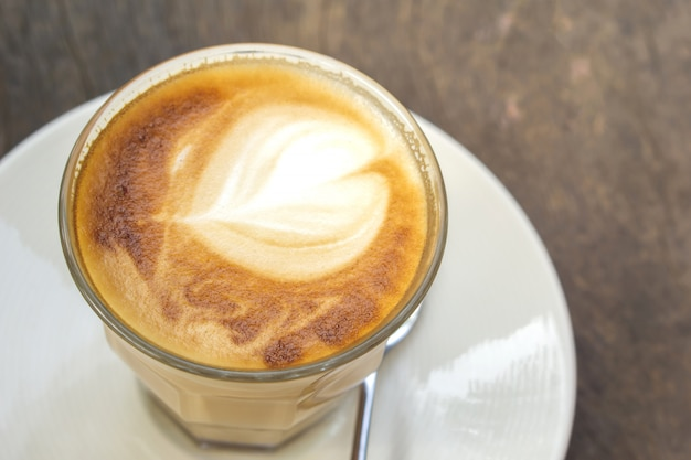 Copo de cappuccino de café quente com forma de lareira