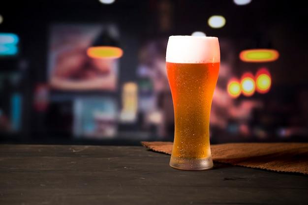 Copo de cerveja com fundo desfocado