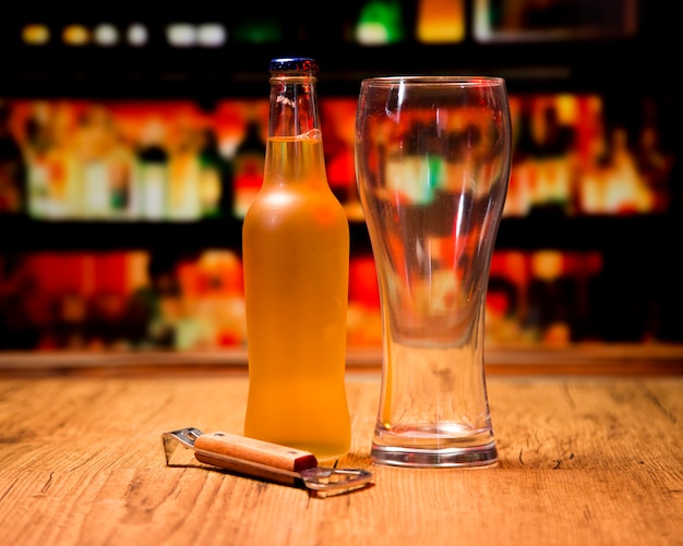 Copo de cerveja com garrafa e abridor