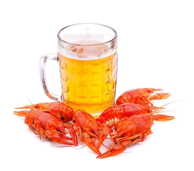 Copo de cerveja com lagostas isoladas em branco Foto Premium